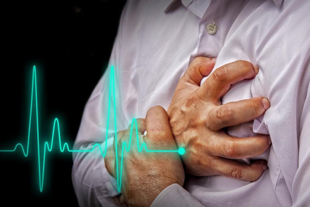 Боль за грудиной является основным симптомом заболевания