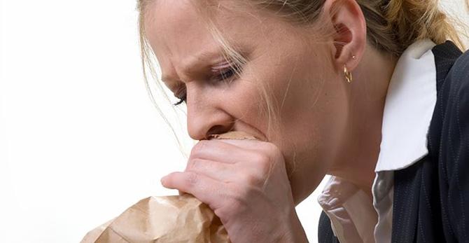 Больного мучает периодическая тошнота