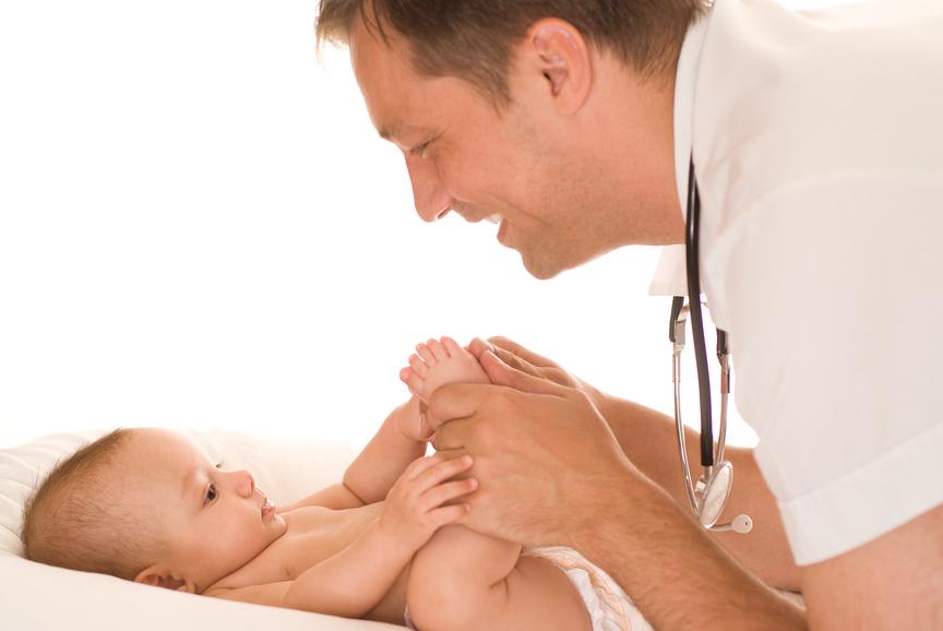 Доктор смотрит малыша
